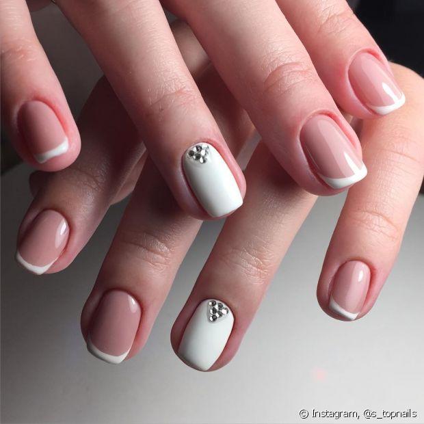 As unhas ficam amareladas porque o pigmento do esmalte entra nos poros e mancha a superfície
