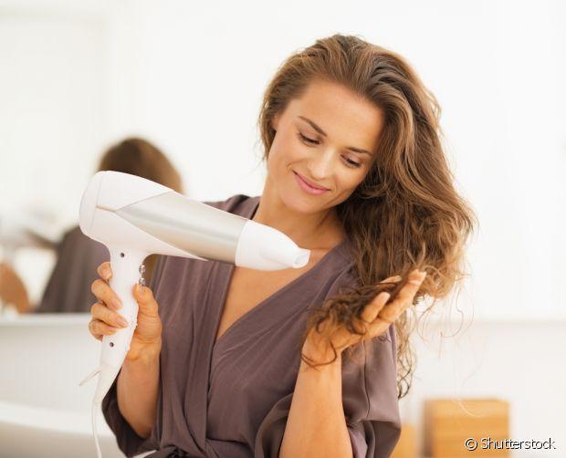 Evite usar o secador na hora de esperar as madeixas secarem