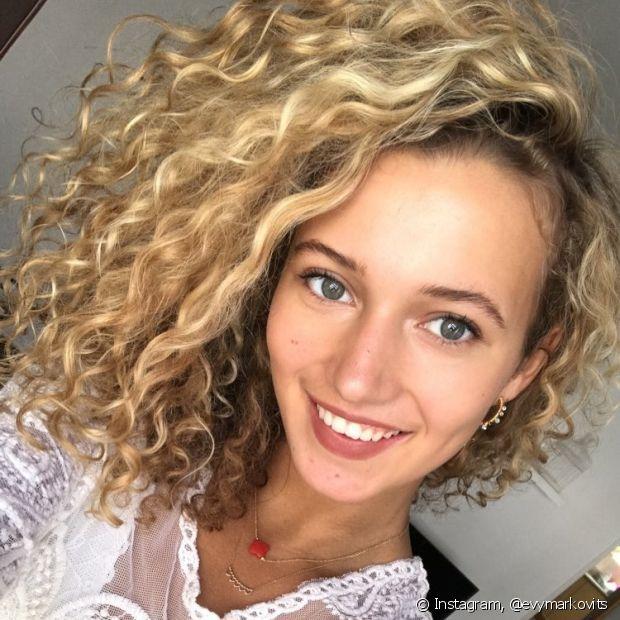 Usar produtos específicos, como o shampoo roxo, é importante para neutralizar o amarelado dos cabelos loiros