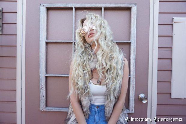 Os cabelos loiros também precisam de proteção térmica antes de usar as ferramentas de calor