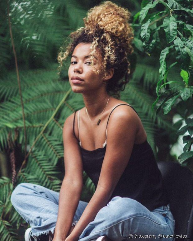 O coque pode ficar mais despojado ou mais alinhado, dependendo do seu estilo e da ocasião