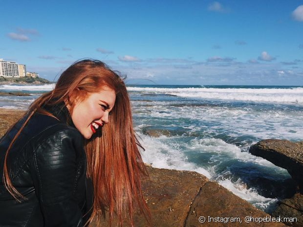 O cabelo ruivo chama bastante atenção, pois é um visual bem impactante