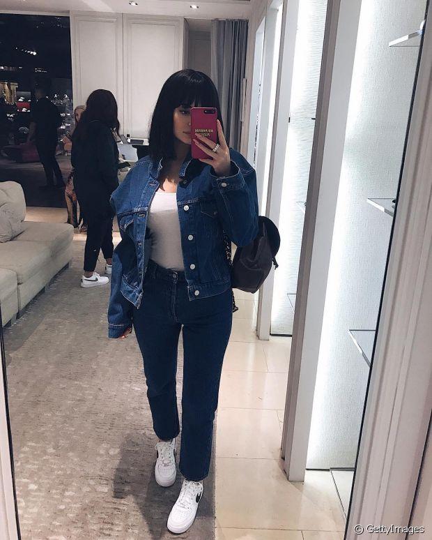 A musa Kylie Jenner também ama brincar com o seu visual e não resistiu ao chanel preto com franja