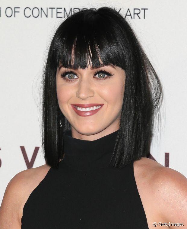 Katy Perry também já desfilou por aí com o chanel preto com franja
