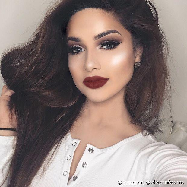 O batom escuro é uma alternativa para deixar a maquiagem bem poderosa