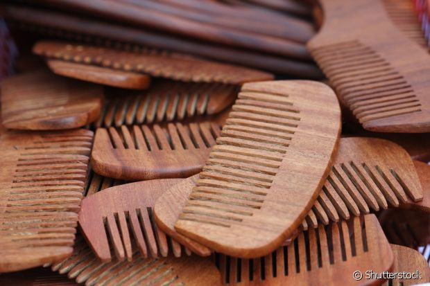 A madeira retira os nós mais rápido e não afeta a forma dos cachos, sendo perfeito para cacheadas e crespas