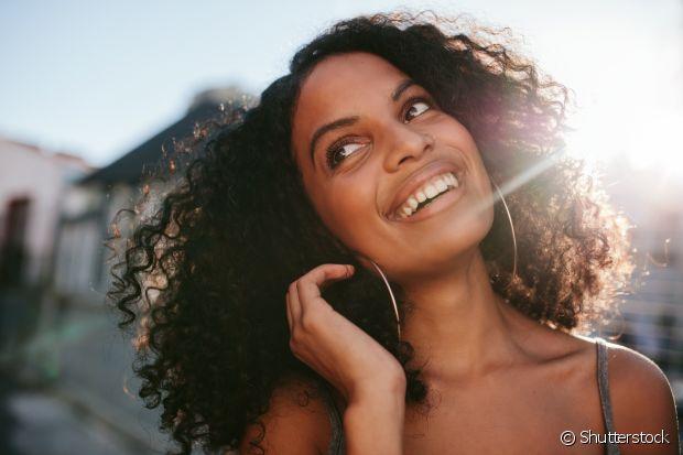 Para quem tem cabelos cacheados bem cheios é difícil pensar em largar o secador e deixar os fios secarem naturalmente mas, as altas temperaturas que os fios são expostos podem promover o desgaste da fibra capilar