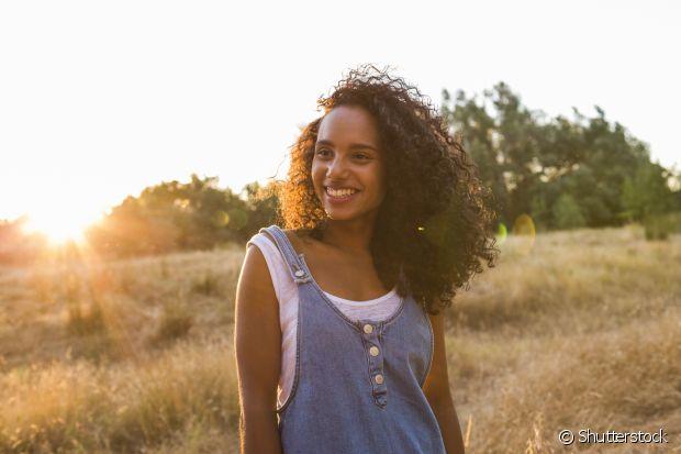 Deixar o cabelo secar pela temperatura ambiente pode deixar cachos pequenos pelo fator encolhimento