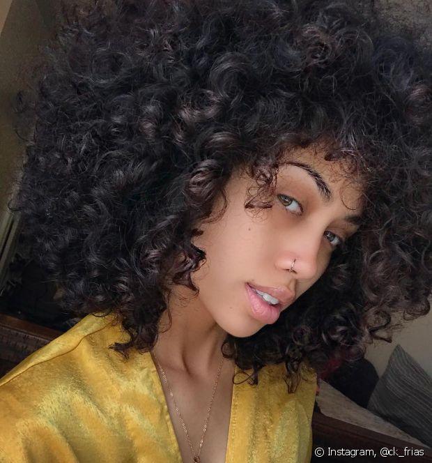 Os cremes aquosos e de consistência mais líquida podem não funcionar tão bem quando usados nos fios úmidos e são perfeitos para fitagem no cabelo seco