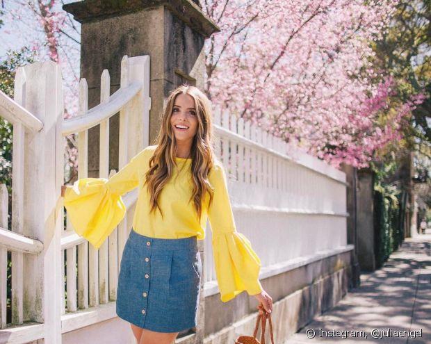 Combine uma blusa amarela com uma saia jeans