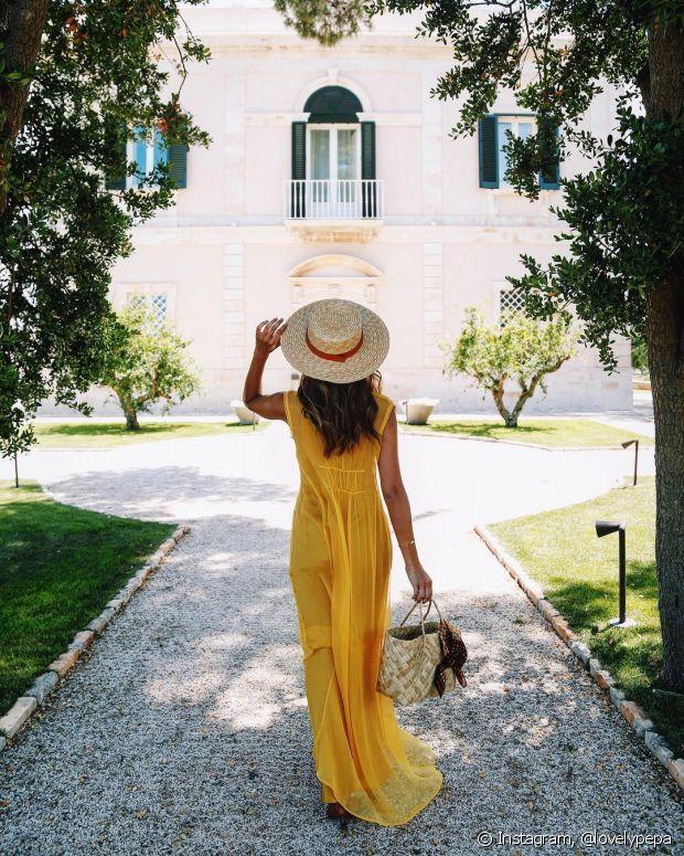 Use vestidos longos e frescos com a tonalidade de amarelo que você preferir