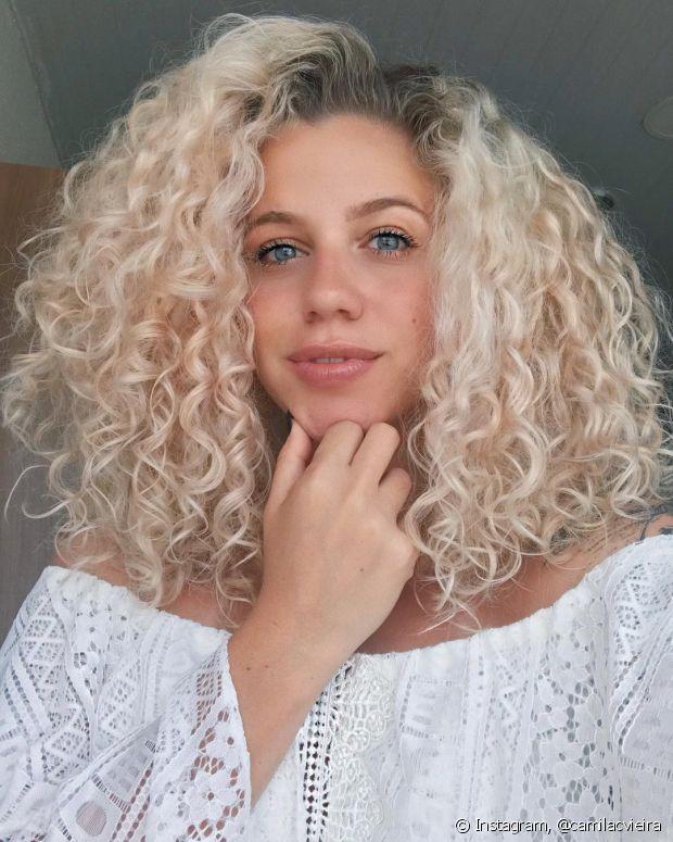 Se deixar o pó descolorante agindo muito tempo nos cabelos, eles podem quebrar e ficar ainda mais ressecados