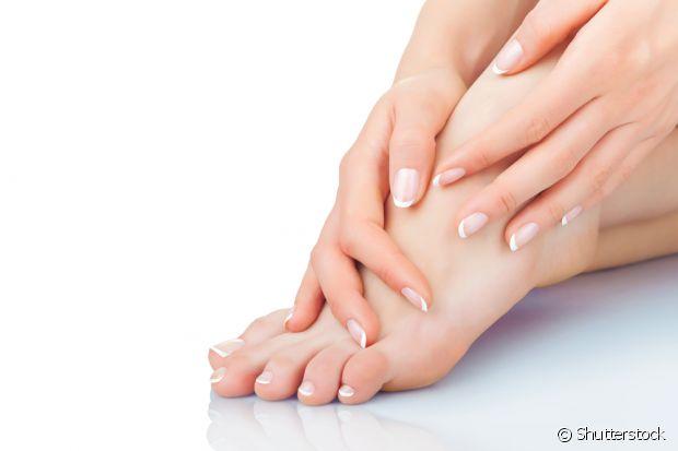 O ideal é que você esfolie seus pés para remover a pele morta e manter a área hidratada
