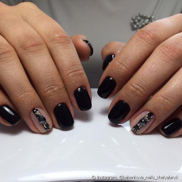 Que tal decorar somente uma das unhas na hora da manicure?