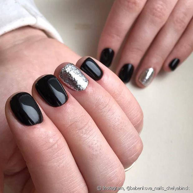 As unhas pretas ficam ainda mais incríveis quando decoradas