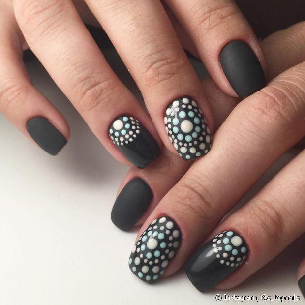 Faça diferentes desenhos nas suas unhas usando outros tipos de esmalte