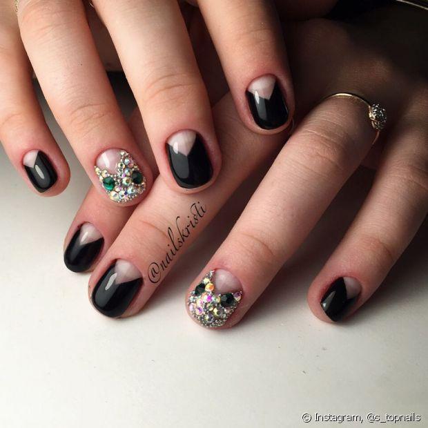 Escolha diferentes tipos de nail art para efeitar suas unhas pretas