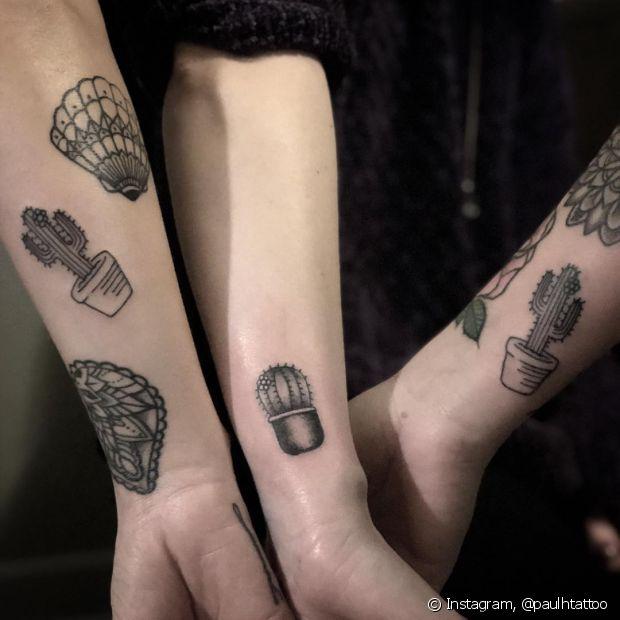 Quando a tatuagem é para um grupo de amigos, é muito provável que haja divergência de estilos e uma boa solução é escolher um tema em comum e fazer os desenhos com modelos diferentes