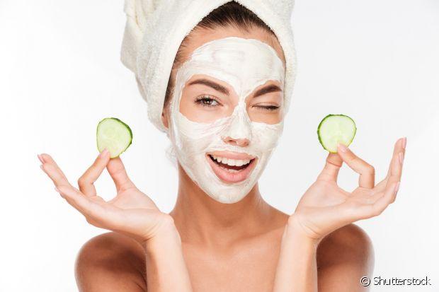 Para fazer a máscara, você vai precisar de: argila verde, aveia em flocos finos e chá de camomila