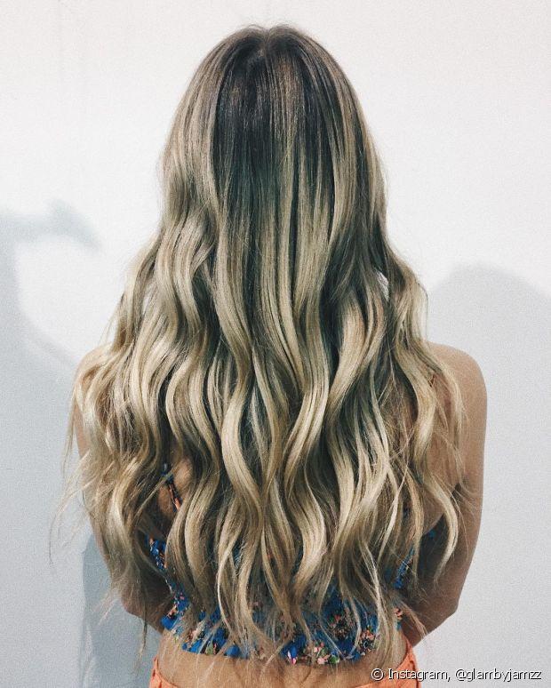 Para as madrinhas que vão fazer os penteados em casa, o look com cabelo solto vai ser bem fácil de reproduzir e fica perfeito para casamentos durante o dia