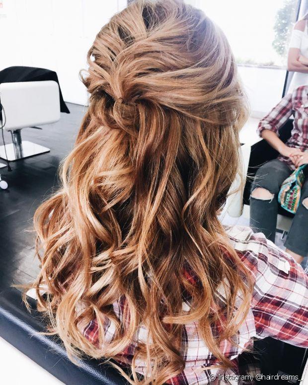 Nos penteados tradicionais como o meio preso é bom apostar em um volume a mais nas madeixas, topetes e ondas são muito bem-vindos
