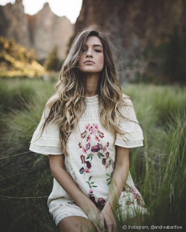 Para conseguir cabelos compridos é necessário mater uma rotina de cuidados com o objetivo de fortalecer as madeixas e principalmente o couro cabeludo