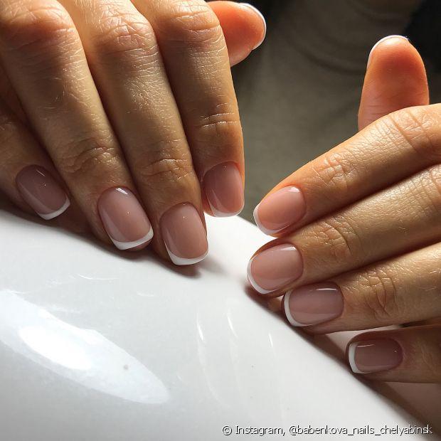 As unhas pintadas no estilo francesinha são discretas e delicadas