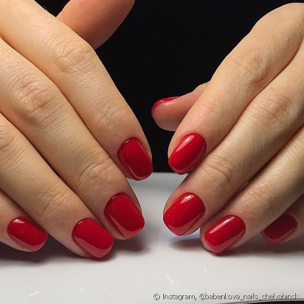 Use tons vibrantes com o vestido preto, como o vermelho