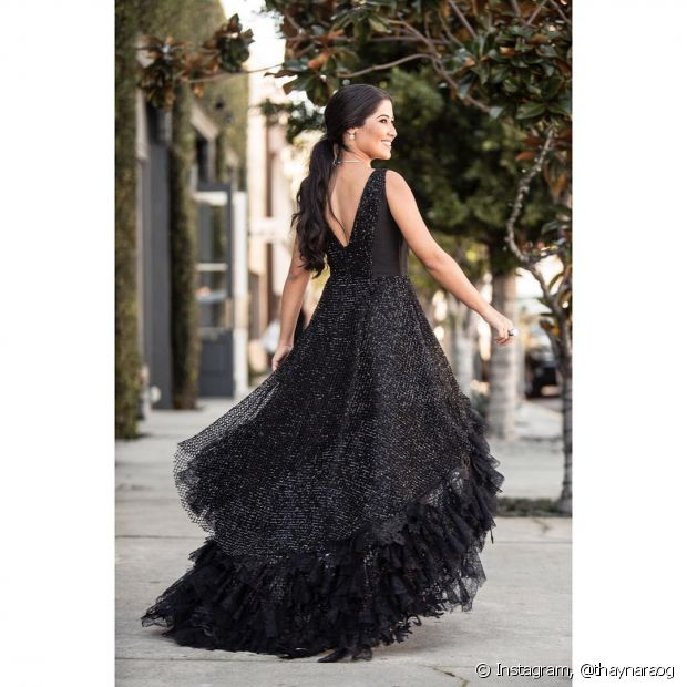 Já pensou em que cor colocar nas unhas para combinar com seu vestido preto baphônico