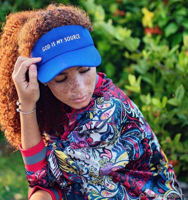 1ede24a3aed6b Como usar boné em cabelos cacheados  Saiba como valorizar os cachos ...