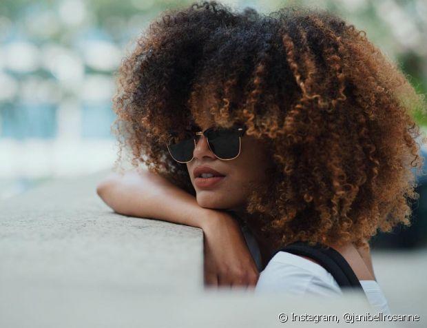 Procure lavar o cabelo crespo a cada dois ou três dias, para que eles não fiquem embolados e nem ressecados no verão