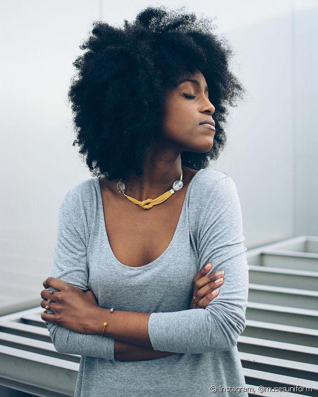 O cabelo crespo tem o frizz como característica natural, principalmente, quem gosta de volumão. Se estiver com fios arrepiados em excesso, aí pode ser que esteja precisando de uma hidratação