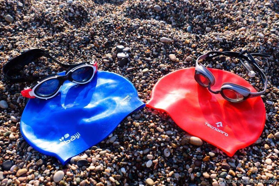 Usar duas toucas na natação vai evitar o contato do cabelo com a água, proteger as madeixas do cloro e do atrito com o material de látex