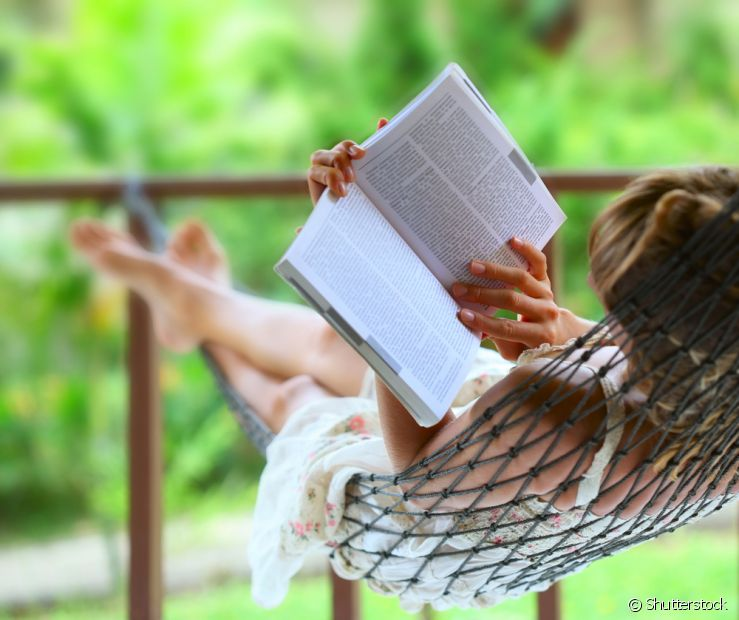Outra pedida é aproveitar a parte mais fresca da casa para ler um livro