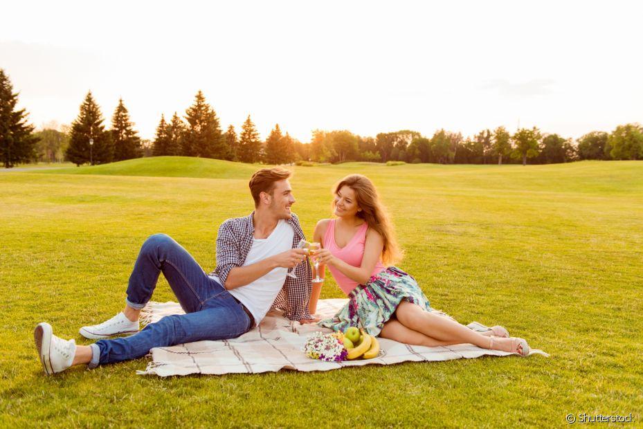 Um piquenique no parque com a família é simples e perfeito para aproveitar o dia