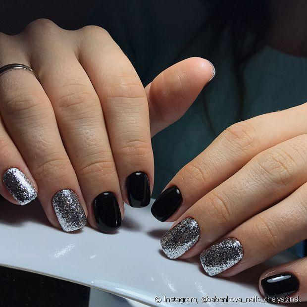 Que tal usar um glitter prata com um esmalte preto? Bem glam!
