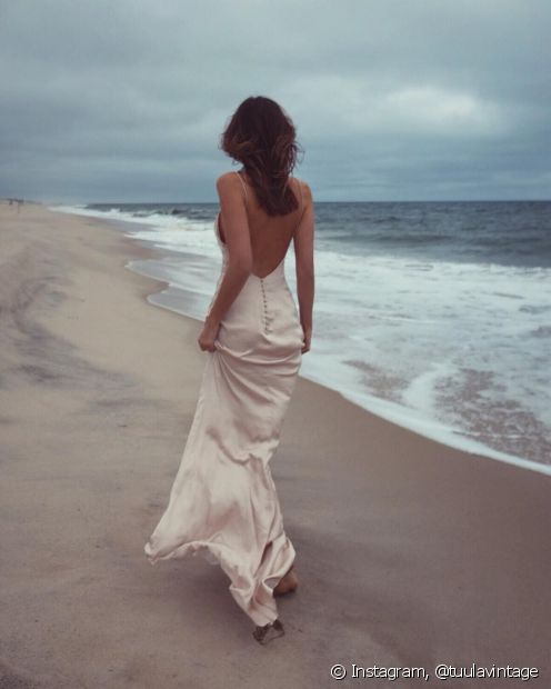 Vestidão e pés descalços é a escolha das fashionistas e blogueiras para a festa na praia