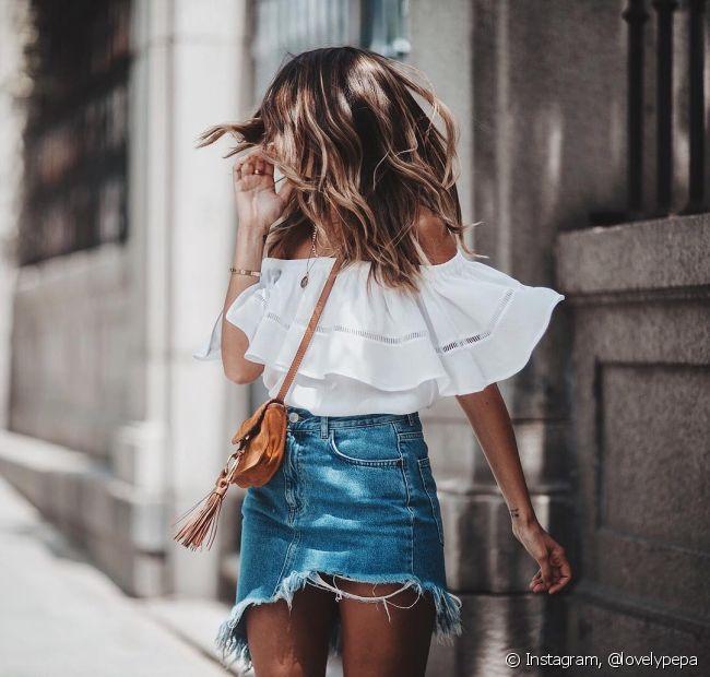 A blusa ciganinha, com o decote nos ombros, combina com shorts, saias e mesma calças
