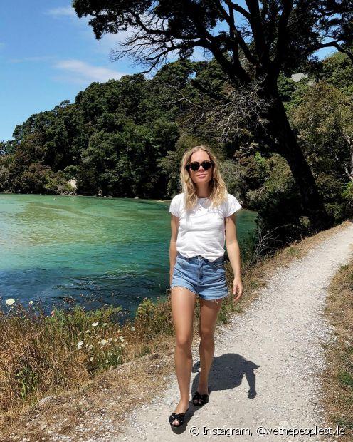 Óculos de sol e sapatos confortáveis podem ser usados na praia e nos passeios no fim de tarde
