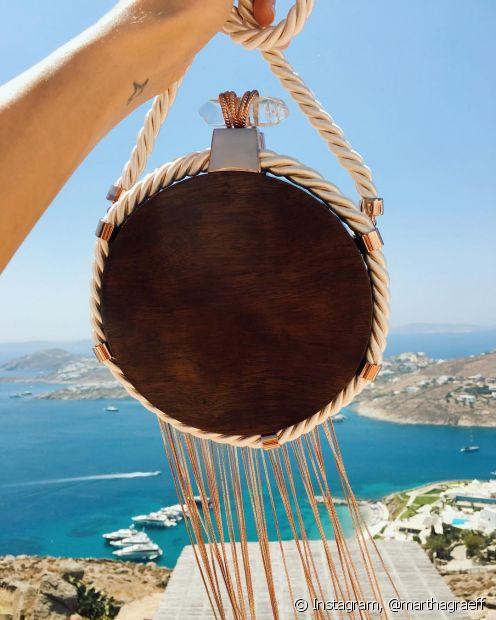 A tendência dos acessórios feitos de corda é bastante colorida e versátil, colares, brincos, pulseiras ou até mesmo bolsas podem ser confeccionadas com o material