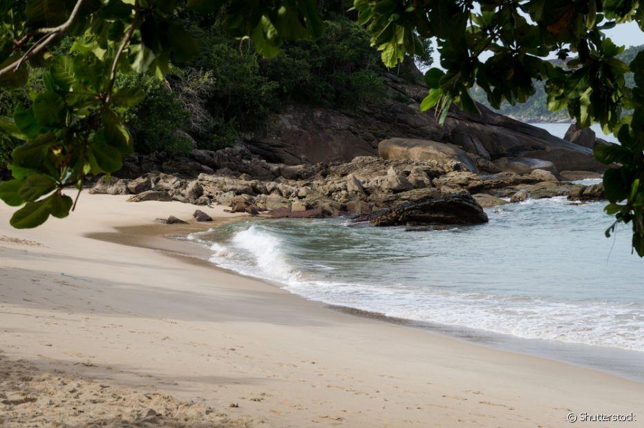 A Praia do Meio, em Trindade (RJ), é bem tranquila, mas não tem acesso tão simples