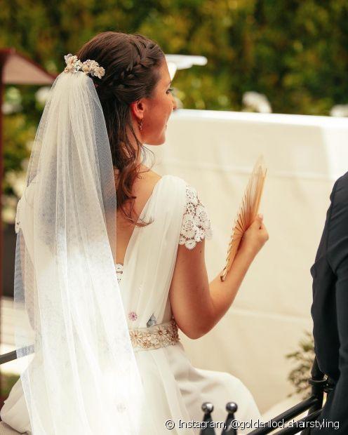 Os penteados semipresos também podem ser usados no casamento no verão