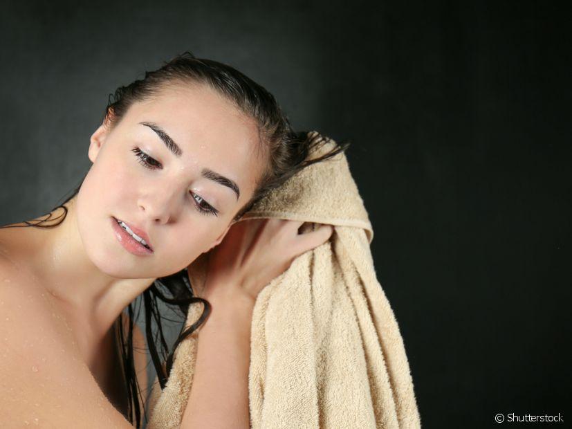 Evite usar o secador quando o cabelo estiver muito molhado, retire o excesso de água com uma toalha