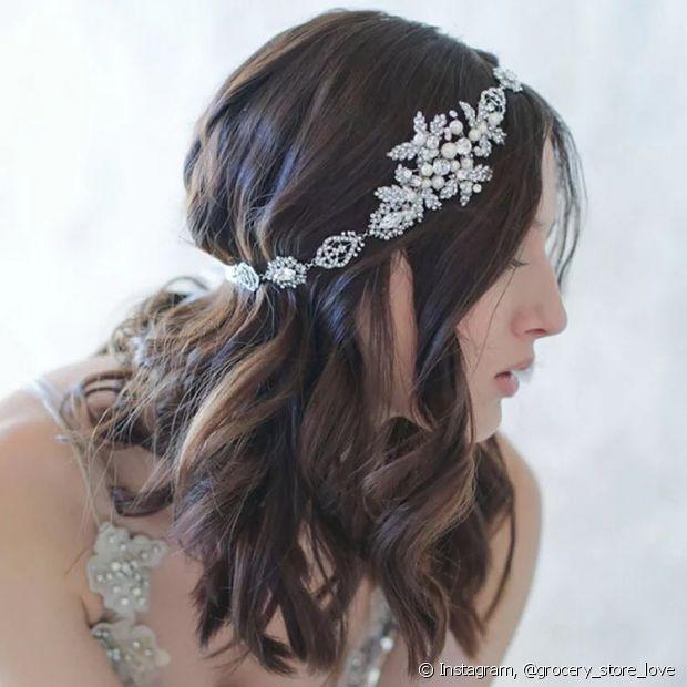 Escolher o penteado ideal vai complementar o look das noivas de cabelo médio no grande dia