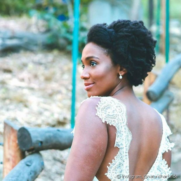 Os topetes são maravilhosos para valorizar o seu black power no casamento
