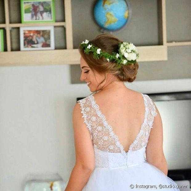 Use uma coroa de flores para deixar o visual romântico e natural para o dia do seu casamento