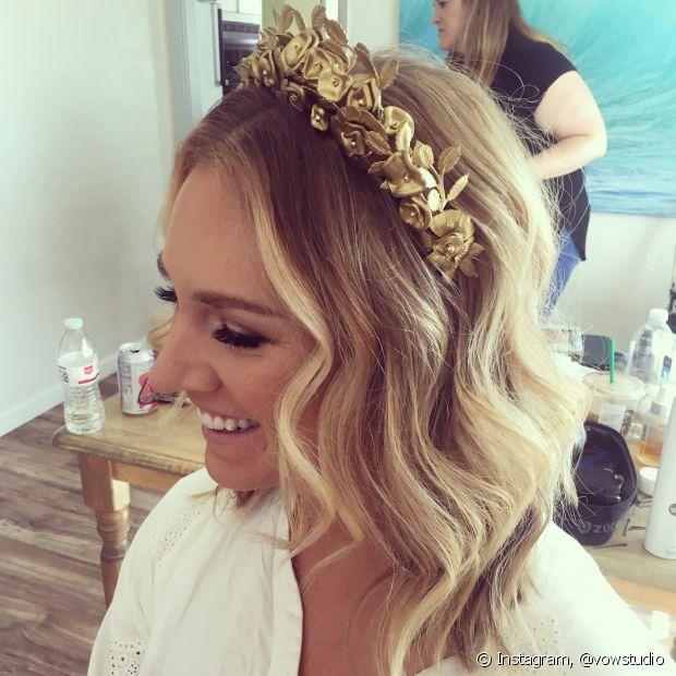 As coroas são tradicionais em penteados de casamento, mas você pode inovar com um look deuso inspirado no modelo de flores douradas