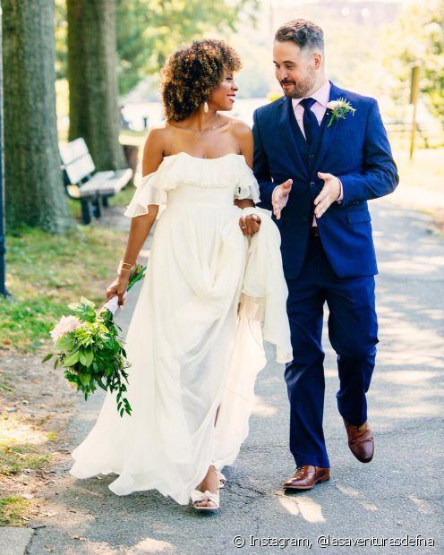 Deixar cabelos crespos ou cacheados soltos no dia do casamento é uma ótima alternativa para valorizar o volume e a textura