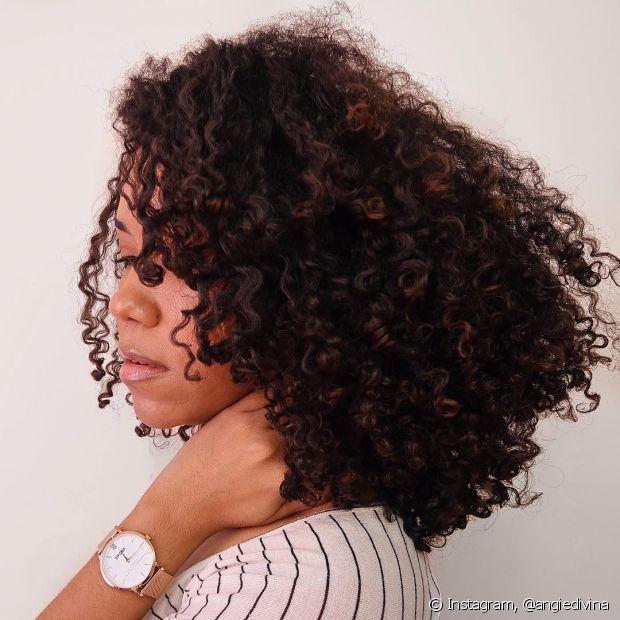 Quando os cabelos estão ressecados por causa das agressões comuns do dia a dia, a márcara de hidratação uma vez por semana é o suficiente