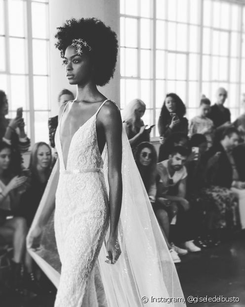 É possível arrasar com o seu black power no dia do casamento, sim!
